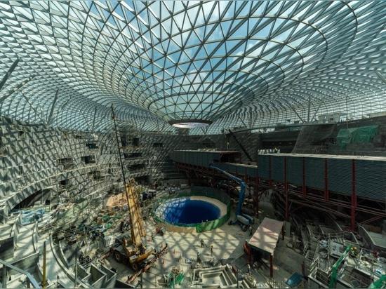 la cascada interior gigante vio de antemano delante de la abertura de abril del aeropuerto de Changi de la joya