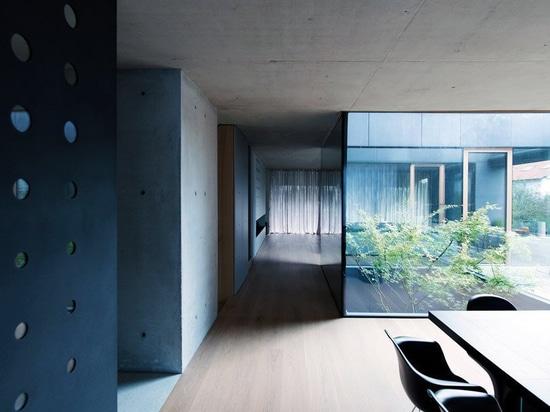 OFIS inserta un atrio esmaltado interno en el corazón del 'pórtico de la casa' en Ljubljana