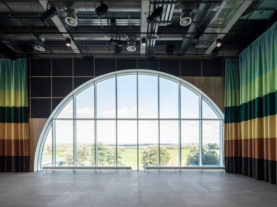 los arquitectos 6a extienden la galería del MK con la caja de acero inoxidable acanalada