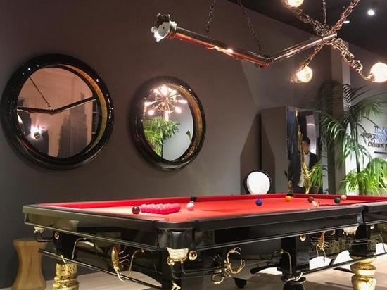 Mesa de Snooker Metamorfosis y Lámpara de Suspensión Lumière en el stand de Boca Do Lobo.