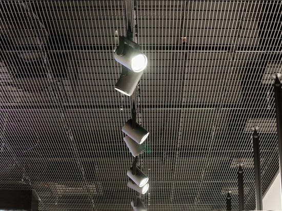 Techo metálico en la tienda Sportofino