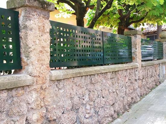 Vallado de chapa perforada en Sant Cugat
