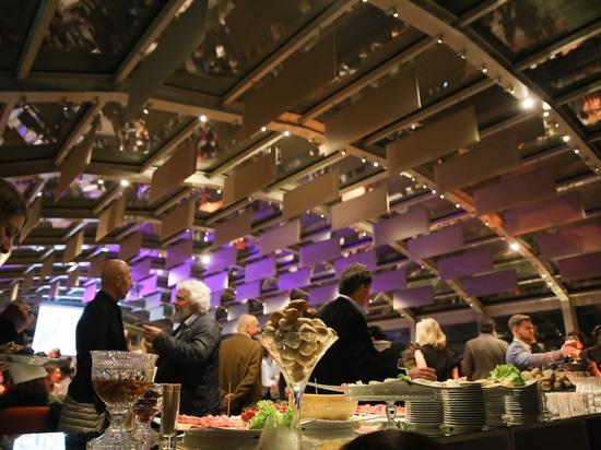 La fiesta puede comenzar: delicias culinarias en la sala de exposiciones de Villa Necchi. Foto: Wilkhahn