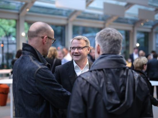 Antes de la fiesta: Dr. Jochen Hahne, gerente de Wilkhahn, charlando con los diseñadores Jürgen Laub y Markus Jehs (jehs + laub). Foto: Wilkhahn