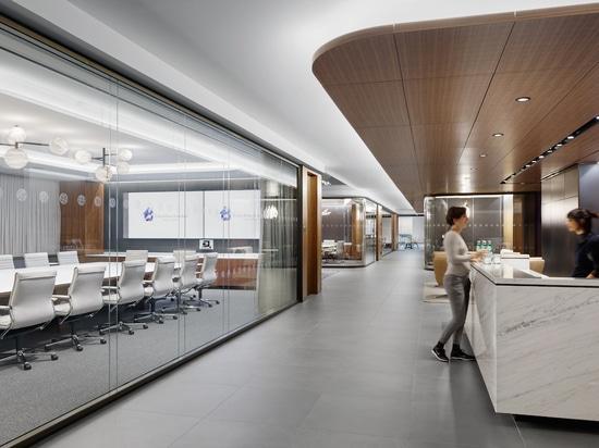 El techo de nogal crea un ambiente cálido para los visitantes de la zona de recepción. Foto: Colin Miller