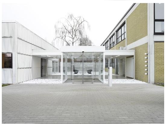 Una entrada, añadida posteriormente, al edificio de oficinas de Herbert Hirche para Wilkhahn.