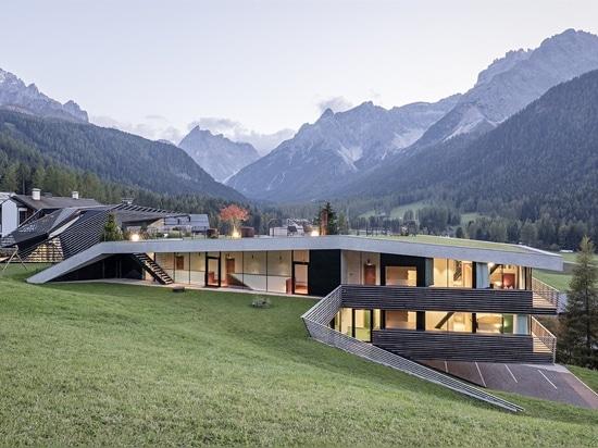 Este hotel con techo verde en los Alpes italianos parece surgir de la tierra