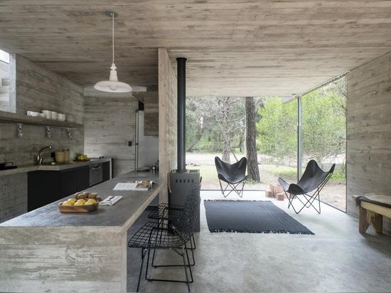 Una casa de vacaciones de concreto mantiene la vida sencilla en la costa argentina