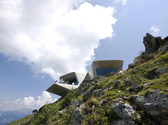 Arquitectos de Zaha Hadid, museo Corones, el Tyrol del sur, Italia de la montaña de Messner. © inexhibit.com de la foto