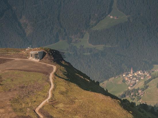 Arquitectos de Zaha Hadid, museo Corones, el Tyrol del sur, Italia de la montaña de Messner. © Wisthaler.com de la foto
