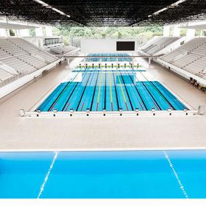 piscina sobre suelo / enterrada / de acero / pública