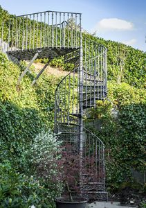 escalera de caracol / estructura de acero / estructura de hierro fundido / con peldaños de hierro fundido