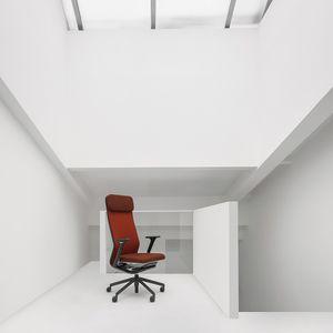 sillón de director contemporáneo / de cuero / con ruedas / con patas en forma de estrella