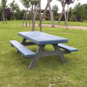 mesa de pícnic clásica / de plástico reciclado / con base de plástico / para espacio público