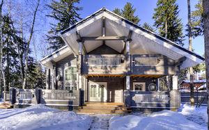 casa prefabricada / clásica / de madera laminada encolada / de 2 plantas