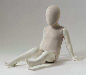 maniquí niño / abstracto / sedente