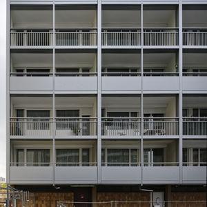 balcón con barrotes