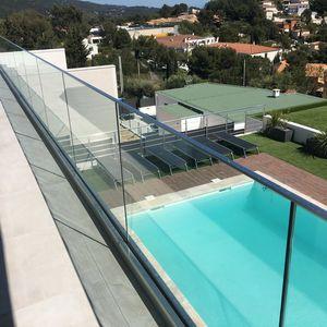 barandilla de vidrio / de aluminio / con paneles de vidrio / de exterior