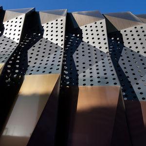 revestimiento de fachada de tipo cassette / de aluminio / perforado / 3D