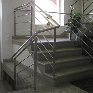 escalera recta / estructura de hormigón / peldaños de mármol / con contrahuellas