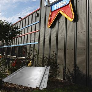 revestimiento de fachada de paneles / de acero inoxidable / acanalado / lacado