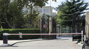 barrera de tráfico / levadiza / de metal / para espacio público