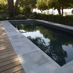 borde de piscina de piedra natural