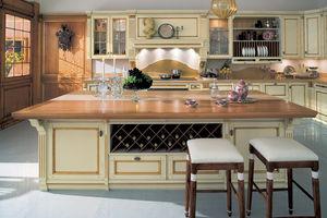 cocina de estilo / de madera lacada / con isla / con asideros