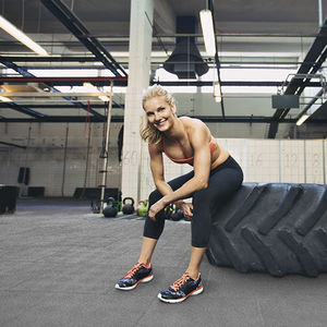 pavimento de caucho / de alta resistencia / acústico / para instalación deportiva