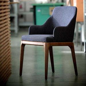 silla contemporánea / tapizada / con reposabrazos / de roble