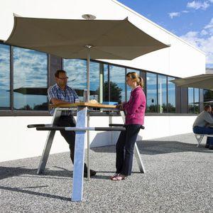 mesa de pícnic de diseño original / de madera de frondosa / de iroko / de metal
