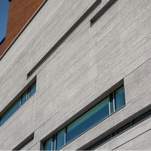 revestimiento de fachada de paneles / en láminas / de piedra caliza / liso