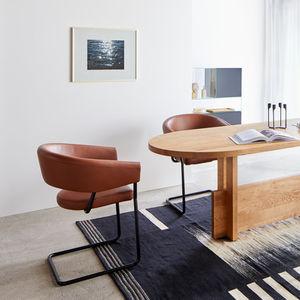 silla contemporánea / tapizada / con reposabrazos / cantilever