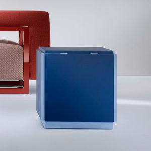mesita auxiliar contemporánea / de madera lacada / con base de madera lacada / cubo