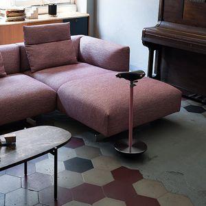 taburete de diseño original / de acero lacado / de hierro fundido / con forma de silla de montar