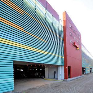 revestimiento de fachada en placas / de aluminio / de escayola / perforado