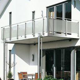 balcón con paneles de vidrio