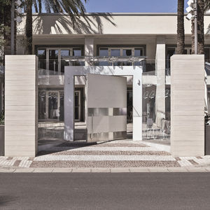 puerta de exterior / pivotante / de acero inoxidable / de cerámica