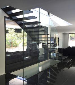 escalera en L / estructura de acero / estructura de vidrio / peldaños de roble