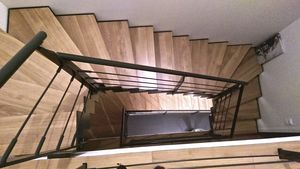 escalera en U / estructura de metal / estructura de acero / con peldaños de madera