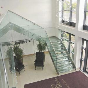 escalera en L / estructura de acero inoxidable / con peldaños de vidrio / sin contrahuellas