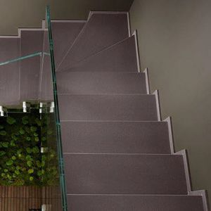escalera en U / con peldaños de piedra / con contrahuellas / contemporánea