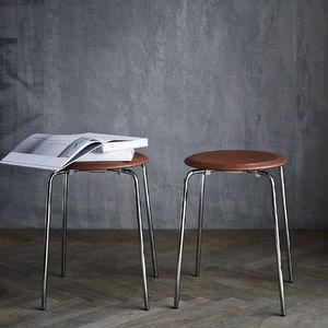 taburete contemporáneo / de cuero / de acero con revestimiento en polvo / de Arne Jacobsen