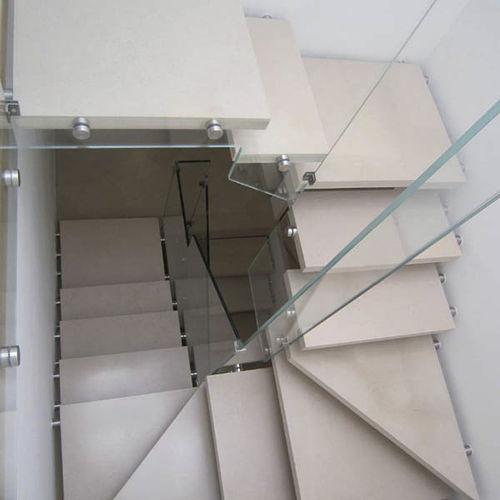 escalera en U / con peldaños de piedra / sin contrahuellas / contemporánea