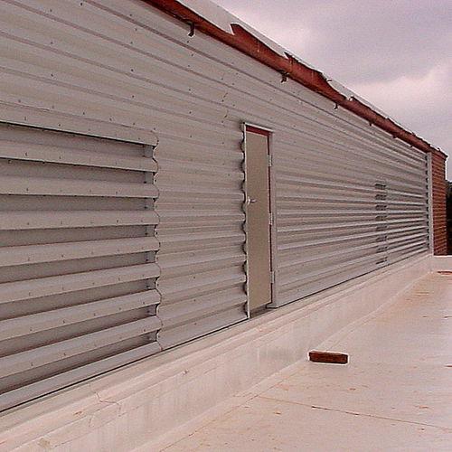 revestimiento de fachada de paneles / en láminas / de metal / acanalado