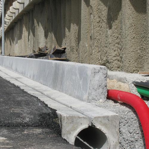 canal de drenaje de hormigón / con abertura central / de calle / para espacio público