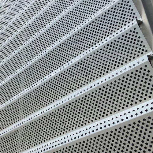 celosía con lamas de metal / para fachada / para techado / vertical