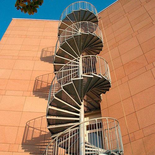 escalera de caracol / estructura de metal / con peldaños de metal / contemporánea