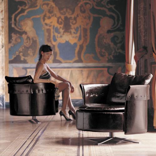 sillón contemporáneo / de tejido / de cuero / con patas en forma de estrella