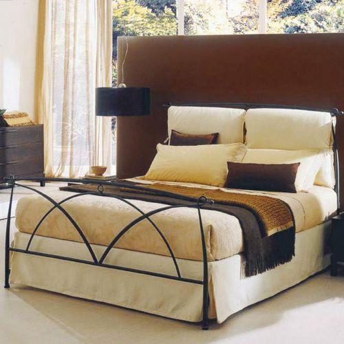 cama de matrimonio / clásica / tapizada / con cabecero